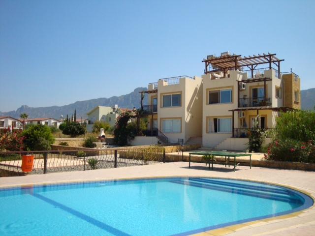 vista de piscina y apartamento