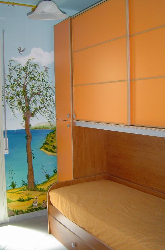 Cameretta con due posti letto, con dipinti murali.