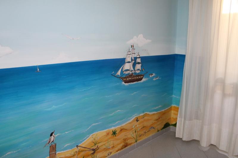 Cameretta  con dipinti murali.