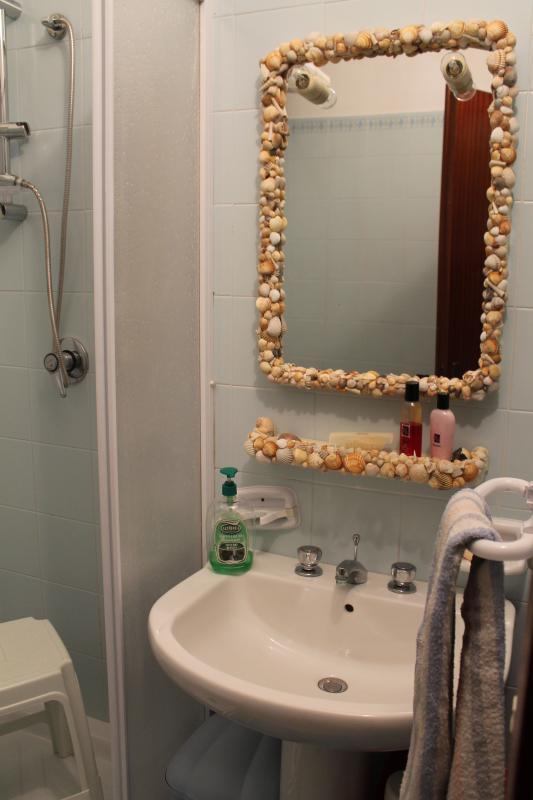 Bagno con lavabo, doccia, bidet, wc.