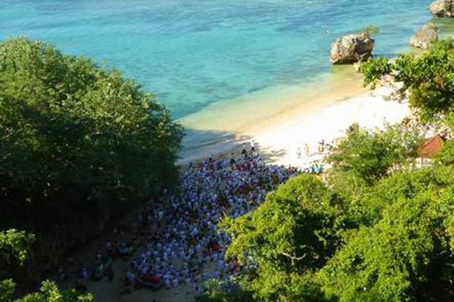 Traditional balinese 'Melasti' ceremony at Padang Padang beach