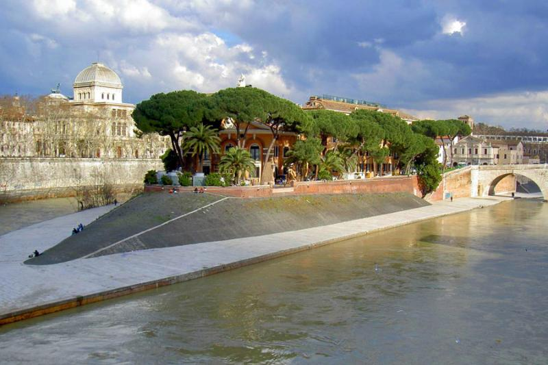 Tiber Island: a few steps from the house: everything to discover. Nothing in the world like it.