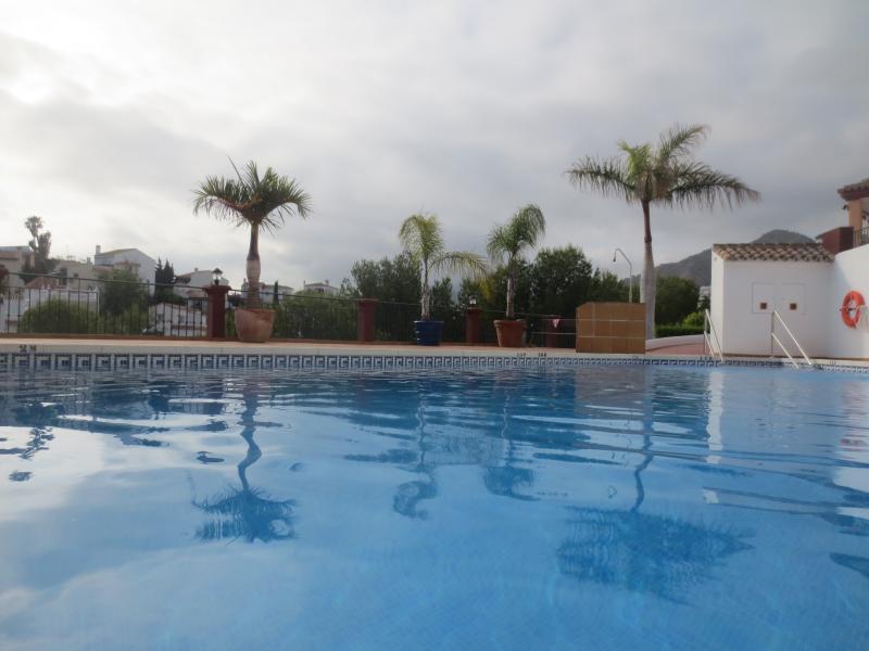 Vista de la piscina de la comunidad mostrando cuán grande es este para la natación real abierta de marzo a mediados de noviembre