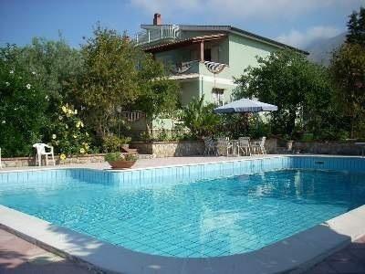 Villa vista dalla piscina