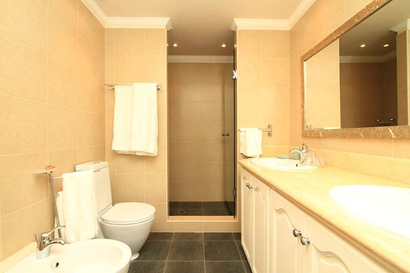 Twin Bedroom- en-suite bathroom