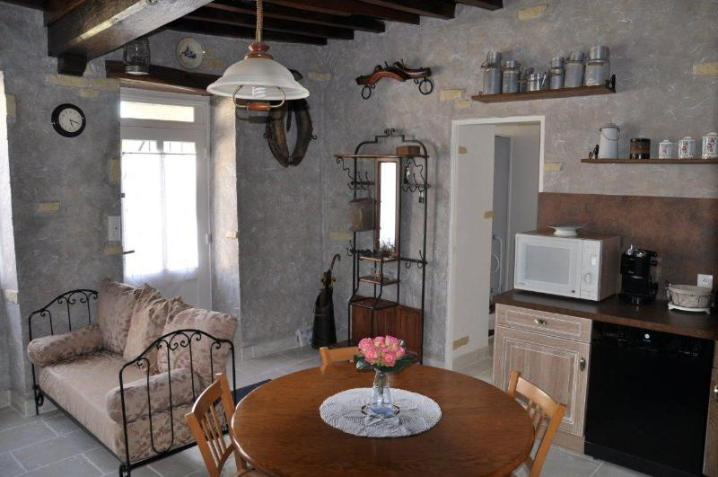 LA FORGE - MAISON CALME DANS PETIT VILLAGE, holiday rental in Marigny l'Eglise