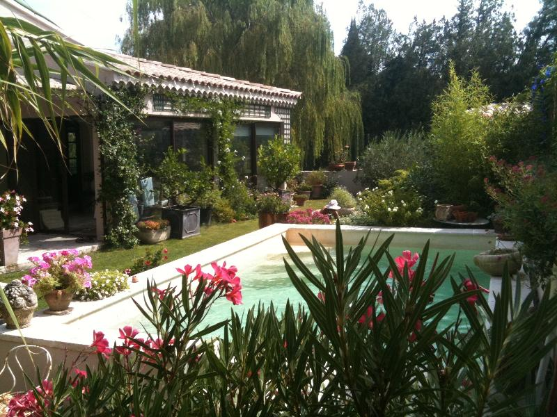 CHAMBRE ENTRE AVIGNON/ST REMY, holiday rental in Eyragues