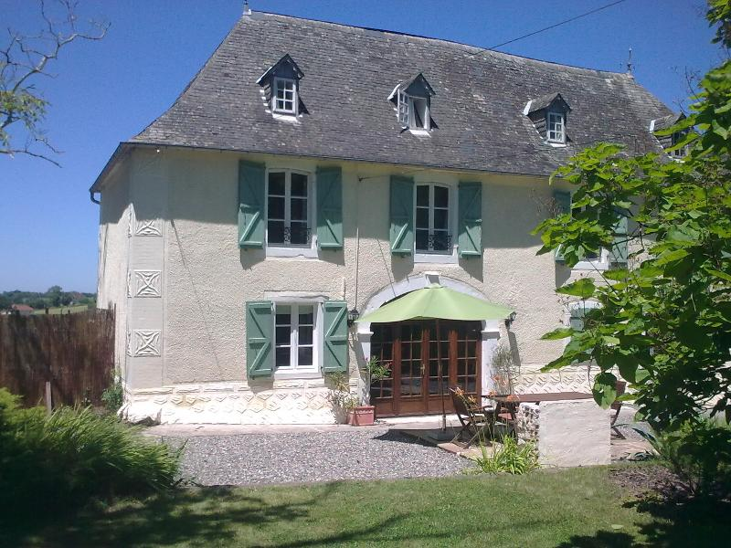 Les Vieux Chenes | large pool | panoramic views, holiday rental in Sauvelade