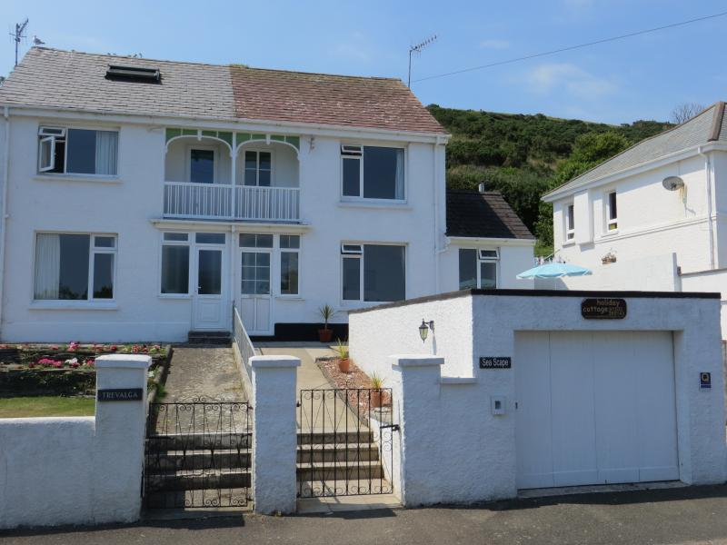 Sunny Sea Scape Holiday Cottage - By the beach at Looe, great sea views! Onsite private parking.