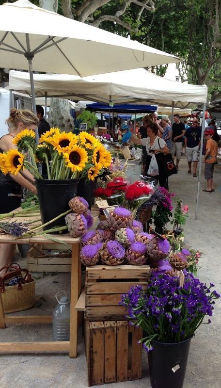 Marché tous les dimanche et mercredi - locale produit alimentaire, fleurs, artisanat, etc.
