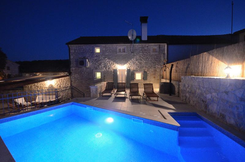Private swimming pool changes colors at night - Villa Zonti