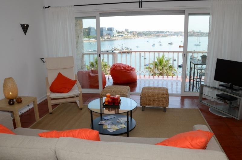 Salle de séjour avec un accès direct au balcon