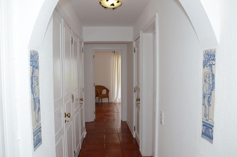 Couloir avec accès aux chambres, avec la main peint tailes