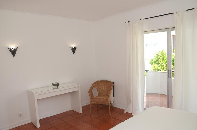 Chambre à coucher principale avec un balcon ensoleillé