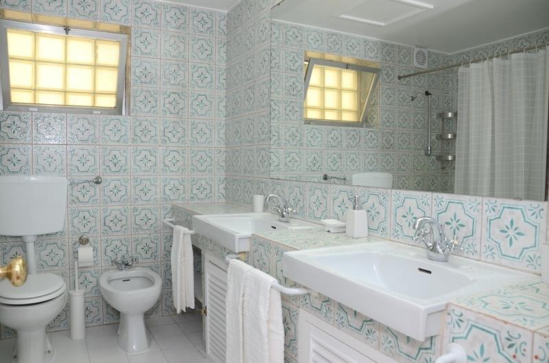 Salle de bains avec 2 lavabos, carreaux typiquement Portugais