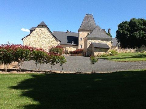 L'entrée du château avec parking privé pour les hôtes