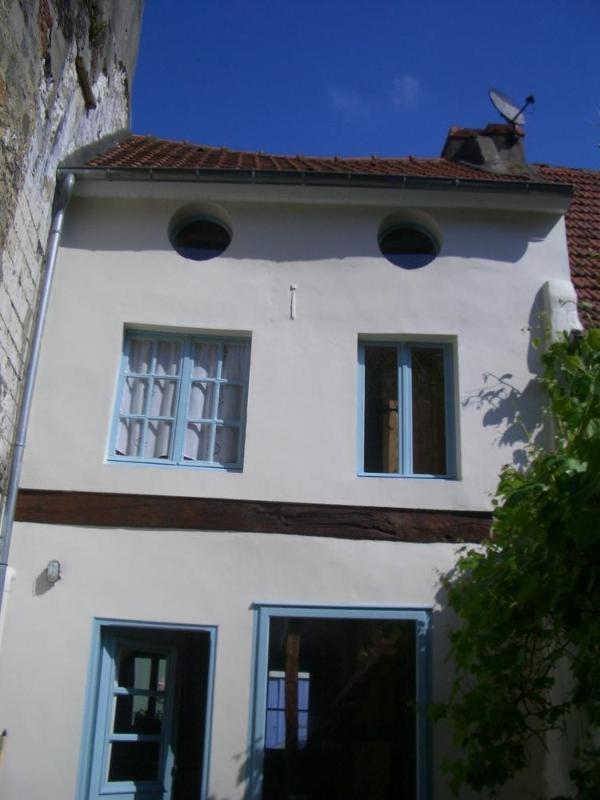 De achterkant van de 200 jaar oude huis, waarin 'oeil de boeuf' ramen van de bovenste verdieping.