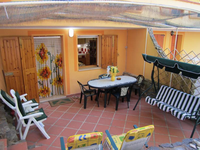 Peonia Rosa, sotto una fresca pineta, PT, vacation rental in Province of Carbonia-Iglesias
