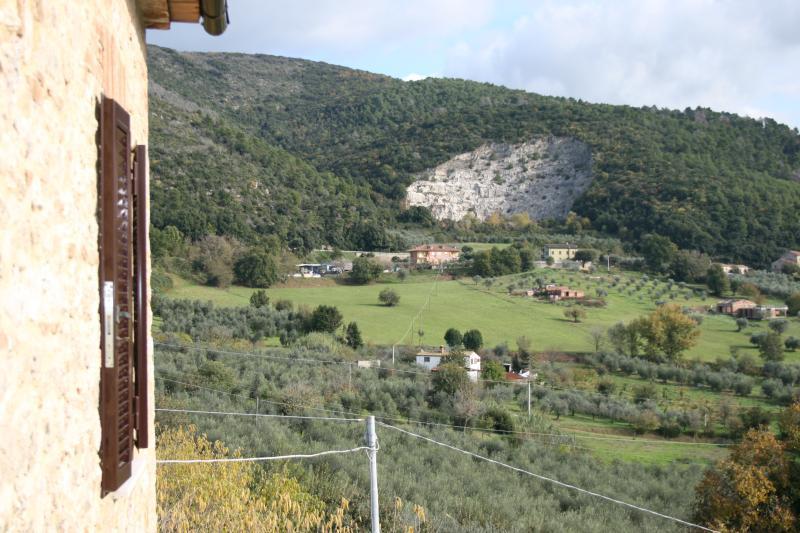 dal balcone a sx vista montagna di fronte  la valle del soratte