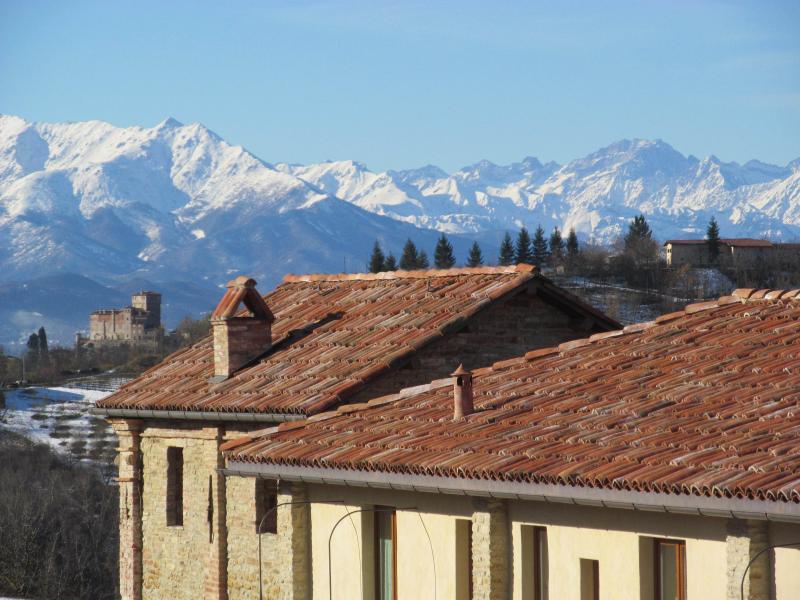 Über dem Dach der Kapelle die schneebedeckten Gipfel der Westalpen