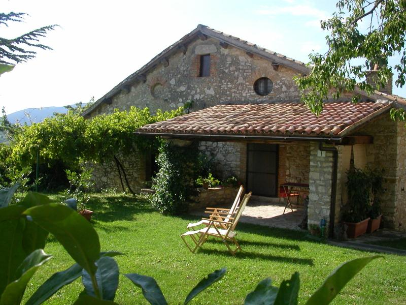 Portico, independent, self-catering cosy appartment with garden close to Rome, holiday rental in Poggio Moiano