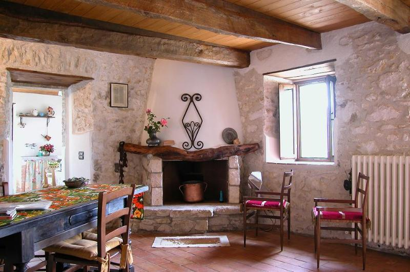 Mangiatoia, independent, cosy appartment with garden, close to Rome, holiday rental in Poggio Moiano