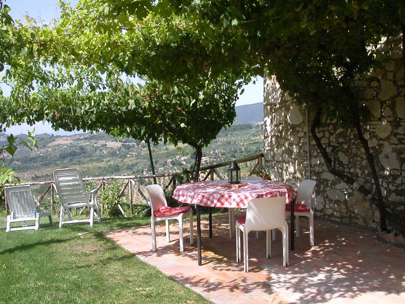 Pergola, independent, self-catering cosy appartment with garden, close to Rome., holiday rental in Poggio Moiano