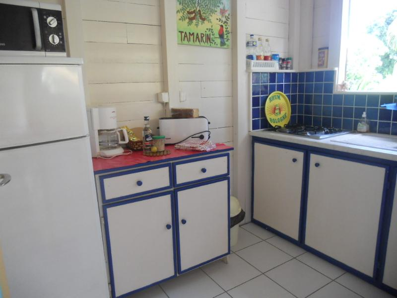 Cucina di Tamarindo bungalow sulla terrazza, con vista sul giardino tropicale