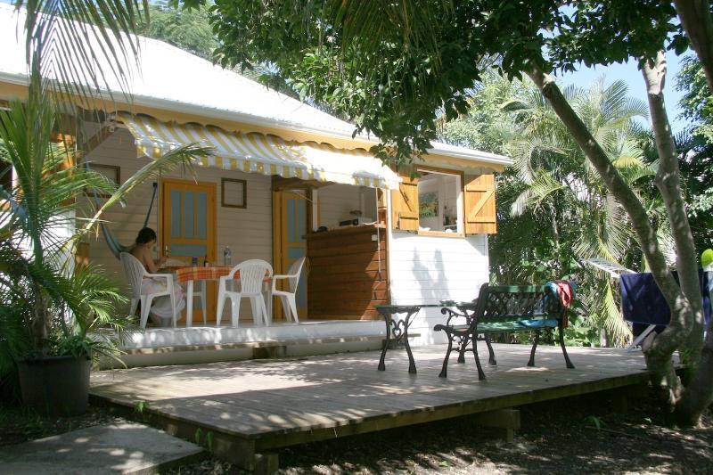 la vista di Tamarindo bungalow terrazza sul giardino tropicale