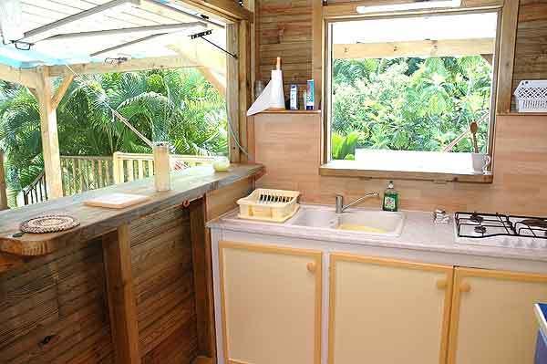 cucina sulla terrazza del bungalow carambola con vista sul giardino