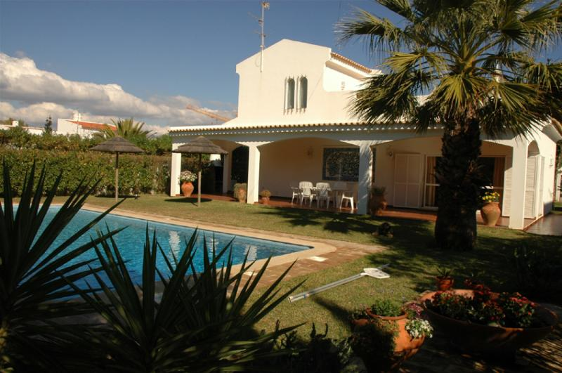 Luxury villa with private pool and garden. Near beach and golf. Free Wi-Fi, vacation rental in Tavira