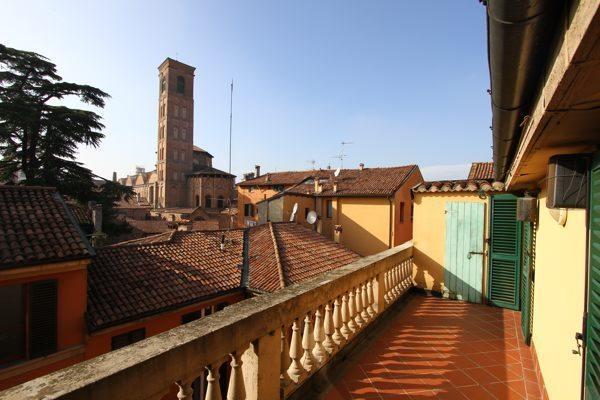 Terrasse avec vue de la tour de Bell de St. James de 1100