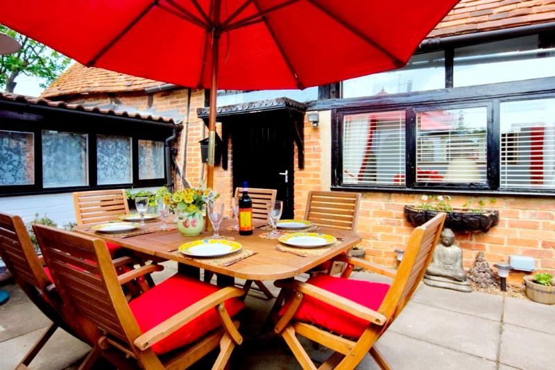 Private Courtyard area - Secluded quiet secure one minute to High Street - Private Parking adjacent