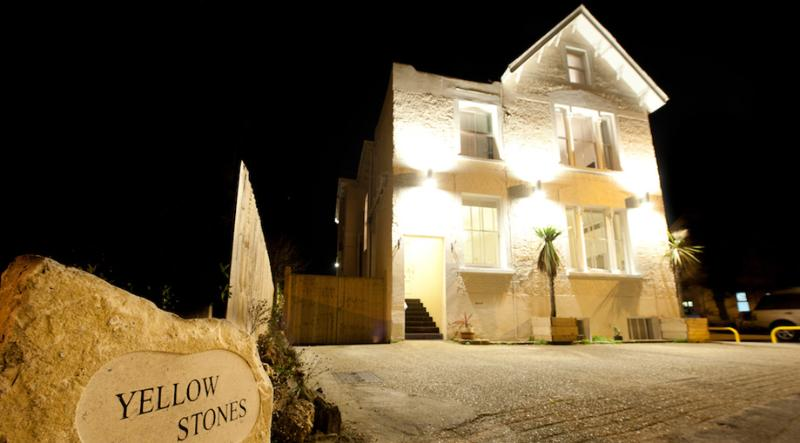 Yellowstones Beach House, 8 Bedrooms, sleeps 26, Sea Views, with Hot Tub., holiday rental in Bournemouth
