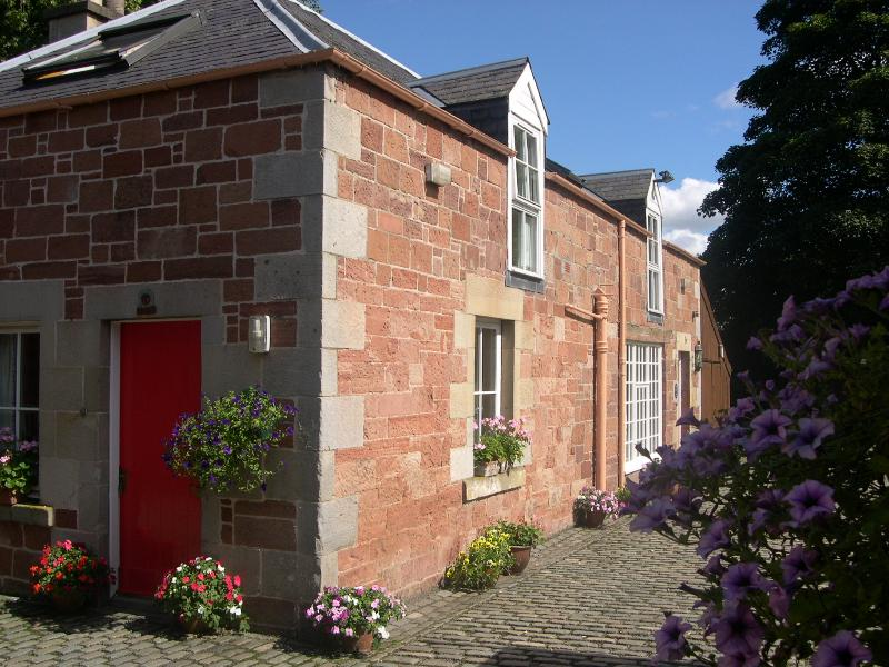 Saddlery Cottage Melrose in a stunning 2 acre south facing garden location., holiday rental in Borders