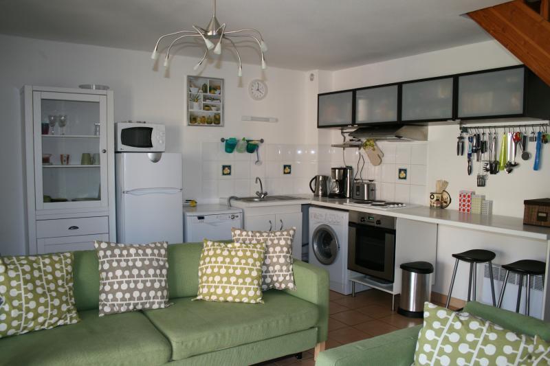 área de cozinha e sala de estar