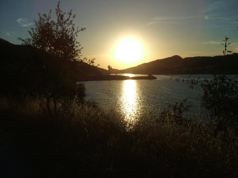 Linda 15 km de carro/caminhada ao redor do lago
