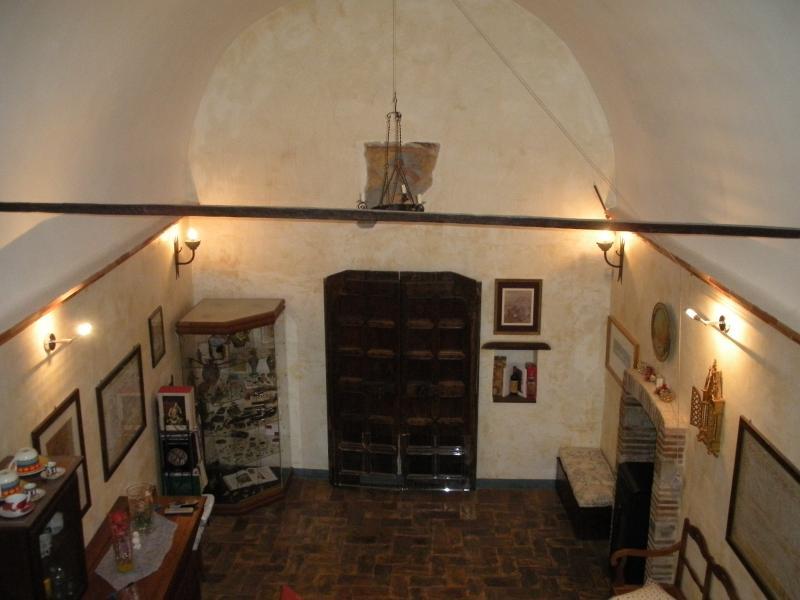 Sala principale con porta originale del XV secolo