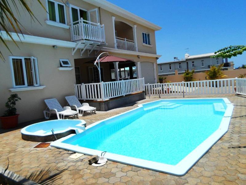 The pool and Sunloungers / La piscine et les transats