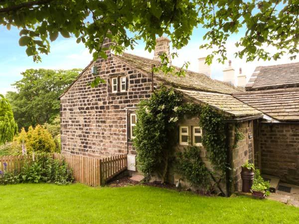 YATE COTTAGE, ground floor, gas-fired stove, WiFi, garden with furniture, Ref, holiday rental in Ogden
