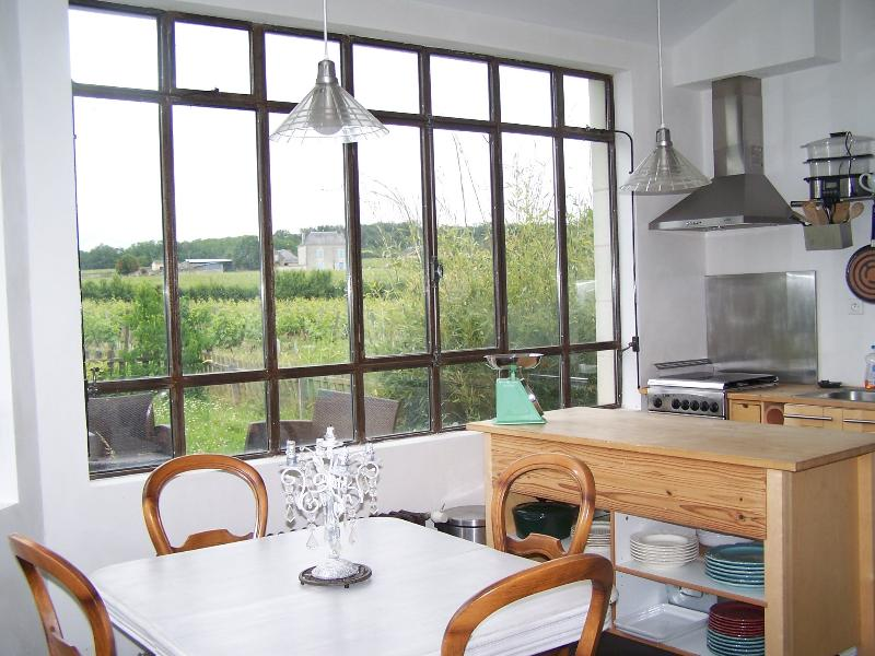 Cuisine entièrement équipée en rez de jardin avec vue sur les vignes