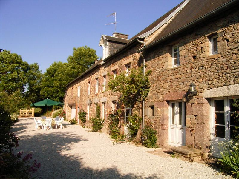 Le Mesnil Gonfroy farmhouse, private pool & garden, vacation rental in Montaigu-les-Bois