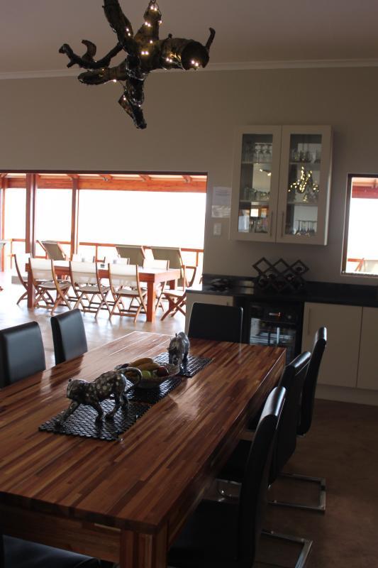 interior comedor bajo lámpara de rama