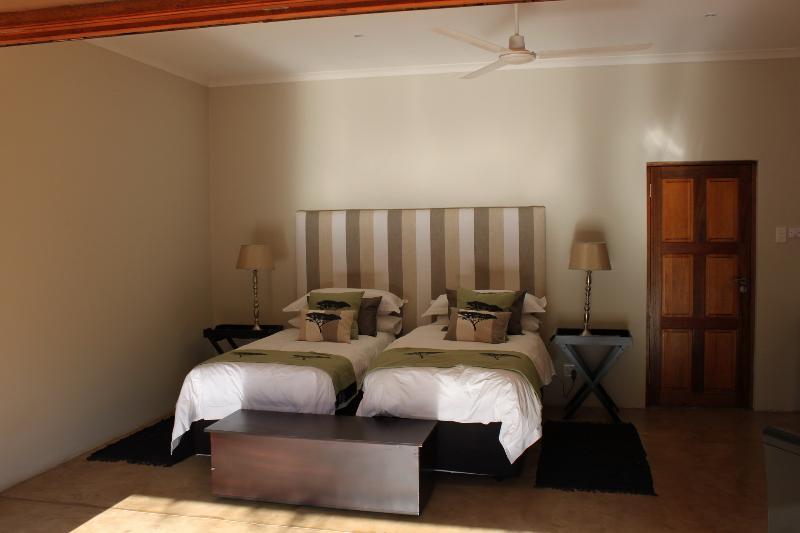 Dos habitaciones en edificios separados - baño completo en suite