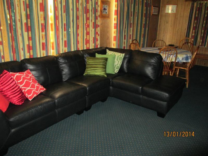 Den bekväma vardagsrummet finns en läder lounge, TV och DVD-spelare och matbordet.