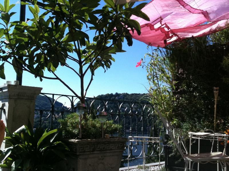beautiful house with terrace in front of the lake, holiday rental in Como