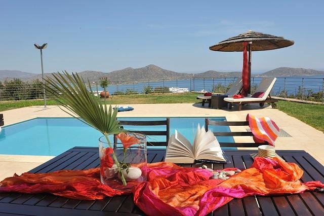 Espacio al aire libre de la Villa, vista desde la mesa de comedor al aire libre