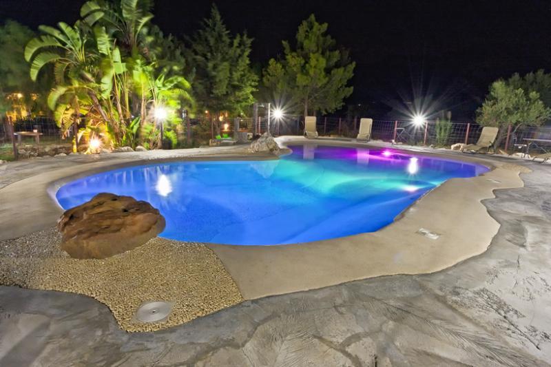 piscina illuminata di notte