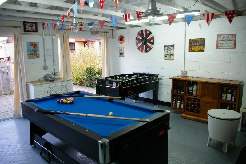 Spielzimmer und Bar