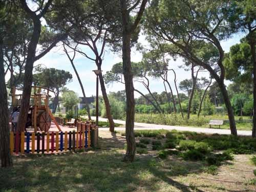 Parque com muitas árvores , sombra. churrasqueiras para passeare fazer piquenites.